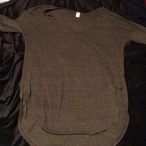 Quarter sleeve, high-low tshirt